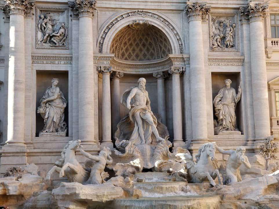 Disfrutar del arte y serenidad que te da la Fontana de Trevi